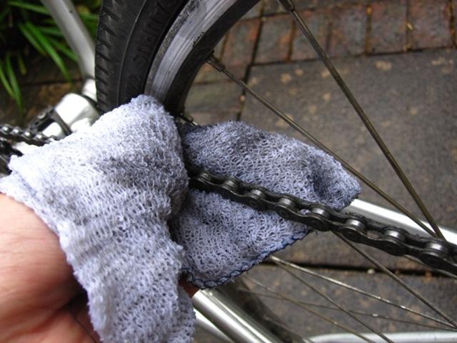 čiščenje verige na kolesu