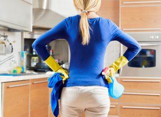 ženska, ki čisti