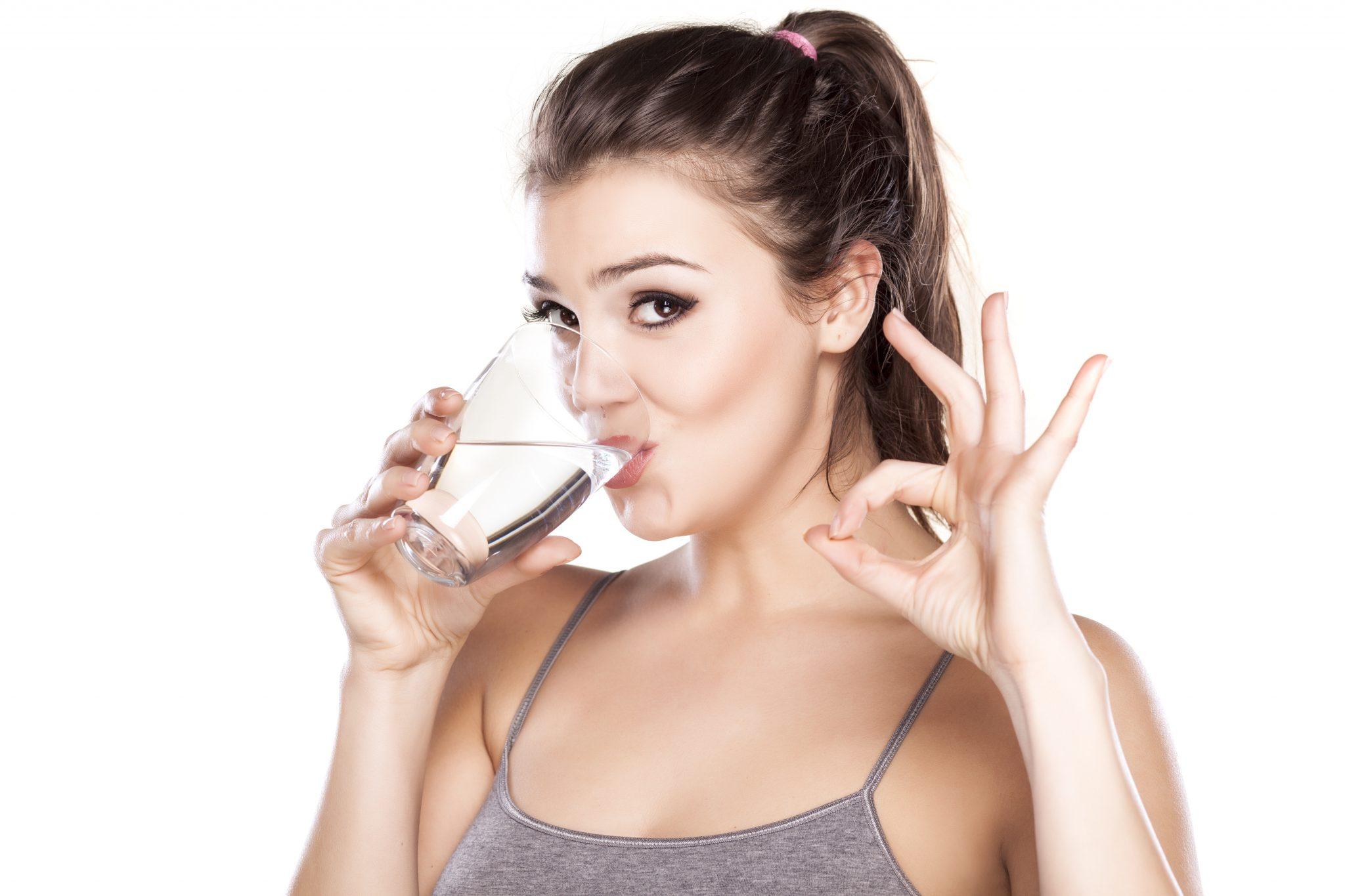 dekle pije vodo