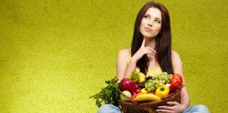 dekle s sadjem in zelenjavo