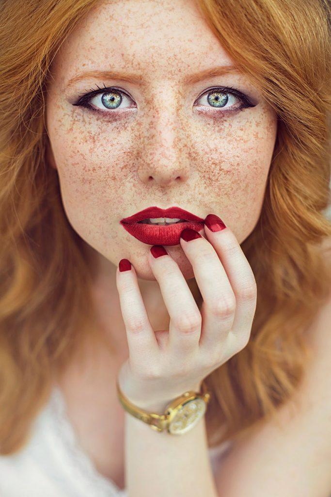rdečelaska z modrimi očmi